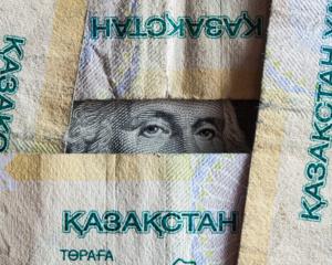 Надневной сессии доллар торговался по325,80тенге